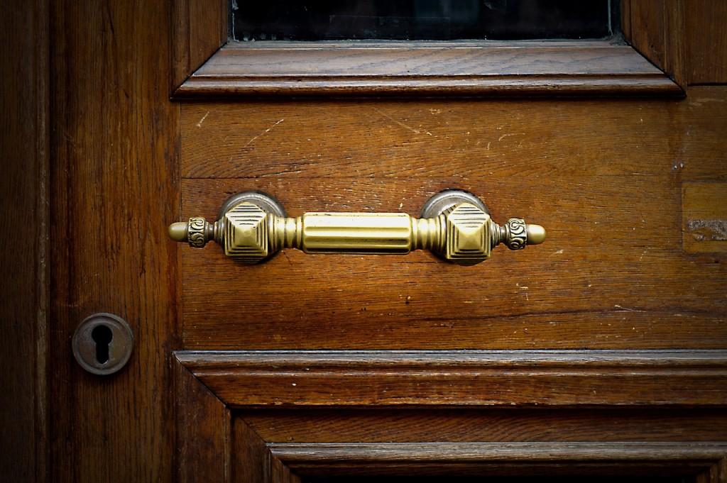 doorknocker-1946675_1280